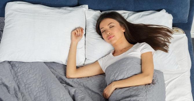 睡眠中に足(ふくらはぎ)がつる原因とその対処方法